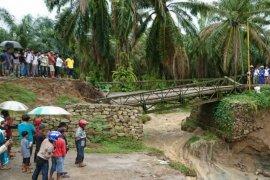 Longsor, jembatan darurat Tanah Jawa Simalungun tidak bisa dilalui kendaraan
