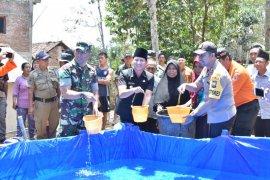 Forkopimda Trenggalek bagikan air bersih kepada warga terdampak kekeringan