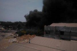 Tempat pembuangan sampah Rungkut Surabaya terbakar