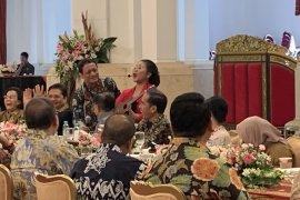 Jokowi akui baru kali ini bisa bersantai bersama para menterinya