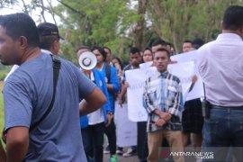 Mahasiswa Unpatti Ambon demo tolak pemilihan rektor baru