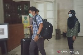 Satu koper dibawa penyidik KPK dari ruang kerja Bupati Indramayu