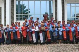 ASN Samosir pakai ulos di Hari Kesadaran Nasional