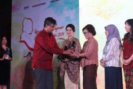 Ketua TP PKK  Kota Ambon terima apresiasi perempuan hebat Indonesia