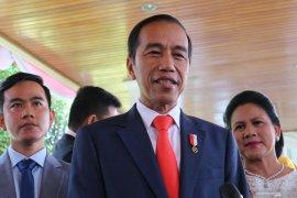 Jelang pelantikan, Jokowi salami warga di depan Istana  Merdeka