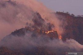 BPBD Kediri dibantu petugas gabungan berupaya padamkan kebakaran Gunung Wilis