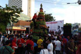 Ratusan warga berebut tumpeng tasyakuran Jokowi-Ma'ruf di Surabaya