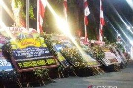 Ratusan karangan bunga untuk Presiden penuhi halaman Grahadi