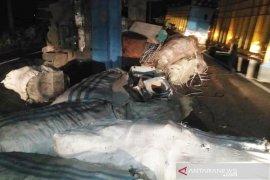 Truk bermuatan barang bekas terbalik di Aceh Timur