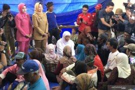 Gubernur Khofifah temui pengungsi korban angin kencang di Kota Batu