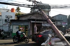 Tiang listrik roboh di Jalan Kebon  Jeruk