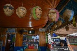 Kerajinan buah kelapa diminati kolektor asing