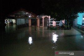 Sejumlah desa di Kecamatan Siabu dilanda banjir, warga mengungsi