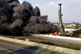 Seorang petugas alat berat tewas akibat terbakarnya pipa minyak di Tol Purbaleunyi