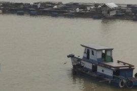 Kapal tertambat dekat Balai Pelelangan Ikan Mendalo Laut