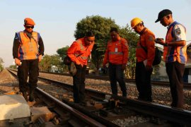 KAI Cirebon periksa jalur kereta untuk pastikan keamanan perjalanan