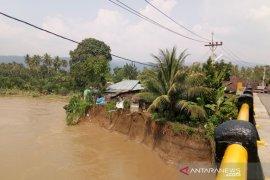 Puluhan rumah di bantaran Sungai Batang Angkola terancam longsor