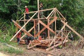 Satgas TMMD bangun pos kamling di Embaloh Kapuas Hulu