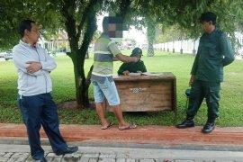 Kena razia bercelana pendek, seorang pria marah-marah ke polisi syariat Aceh