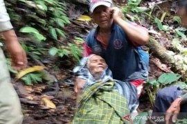 Seorang lansia hilang di hutan ditemukan dalam keadaan lemas