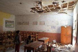 Atap kelas SDN 2 Cijolang di Kabupaten Garut runtuh
