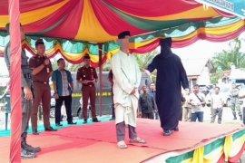 Terbukti berjudi, lima penjudi di Aceh dihukum cambuk