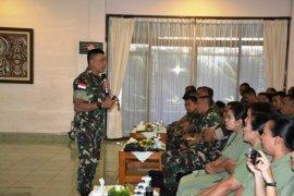 Prajurit dan istri prajurit dibekali wawasan tentang medsos