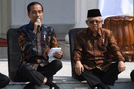 Viral cara duduk Jokowi yang unik saat umumkan nama menteri, apa kata pakar?