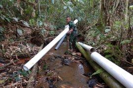 Satgas Pamtas 643 bantu warga perbatasan perbaiki saluran air bersih