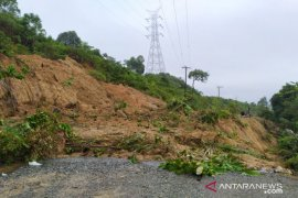 Longsor timbun jalan lintas di kawasan Aceh Barat