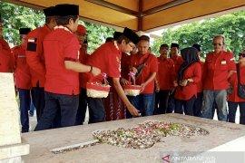 Kader PDIP Surabaya tabur bunga makam WR Soepratman peringati Sumpah Pemuda