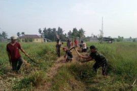 Satgas TMMD Inhil Gotong-royong Membersihkan Tempat Pemakaman Umum