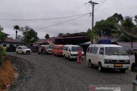 Puluhan kendaraan masih terjebak longsor di lintas Aceh Barat-Pidie