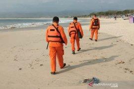 Nelayan tewas dan hilang akibat perahu terbalik di pantai Sentolo Garut