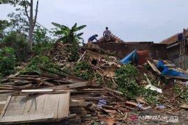 Belasan rumah di Pasir Nangka Cianjur rusak berat akibat puting beliung