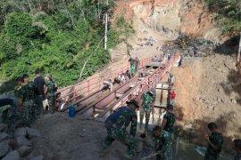 Satgas TMMD Kodim 0204/DS bersama warga bersinergi bangun Bronjong penahan longsor