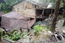 Akibat longsor satu rumah warga di Aceh Barat ambruk