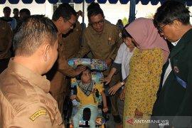 Penderita lumpuh otak terima kursi roda dari Pemerintah Aceh