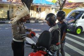 Ditlantas Polda Malut berpakaian adat pada Hari Sumpah Pemuda