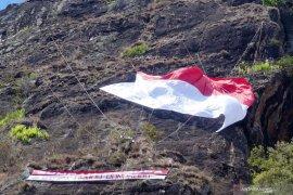 Hari Sumpah Pemuda, FPTI kibarkan Merah Putih raksasa di Tebing Spikul Trenggalek