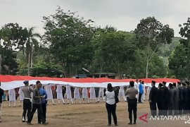 TNI dan Polri Bangka bentangkan bendera merah putih 28 meter