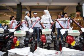 Pemkab Purwakarta distribusikan bantuan alat pertanian kepada petani