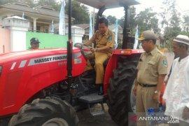 Pemkab Bangka Tengah bantu mesin pengolah lahan kepada petani