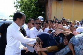 Pengungsi korban gempa berebut bersalaman dengan Jokowi