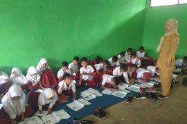 Kelas kurang, siswa SDN 2 Pasir Kupa Lebak belajar di lantai