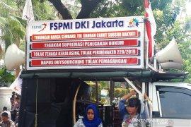 Buruh berunjuk rasa di Balai Kota DKI Jakarta tuntut kenaikan UMP