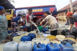 Warga Cibarusah bersyukur dapat bantuan air dan makanan dari ACT