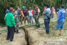Tanah retak mengancam bahaya pemukiman rumah penduduk Desa Mekarsari, Garut