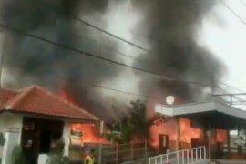 Terjadi kebakaran dekat Stasiun Taman Kota Jakarta Barat