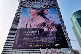 Film 'Habibie & Ainun 3' dipromosikan dengan poster raksasa